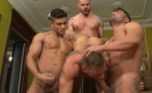 Bela bareback gay orgia com músculo homens
