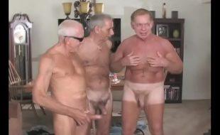 Gay negro dando para velhos brancos