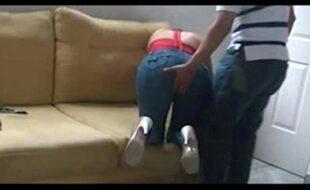 Esposa dando para o marido no sofá da sala